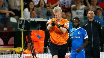 VIDEO: Penalty of niet? Scheidsrechter herroept beslissing via beelden aan de zijlijn
