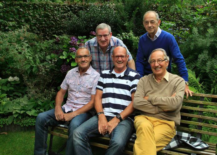 De Tomado-mannen, zoals ze zichzelf noemen, vormen al 55 jaar een hechte vriendenclub. V.l.n.r. Jan van der Borst, Gerard van Liesdonk, Ton Crul, Bram van Poppel en Anton Joosen.
