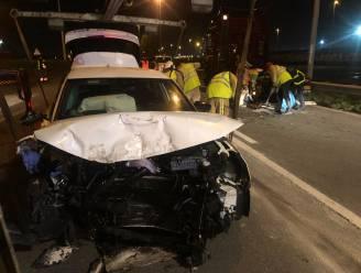 Personenwagen rijdt in op vrachtwagen: J. F. Kennedylaan twee uur lang afgesloten, beide chauffeurs gewond naar ziekenhuis