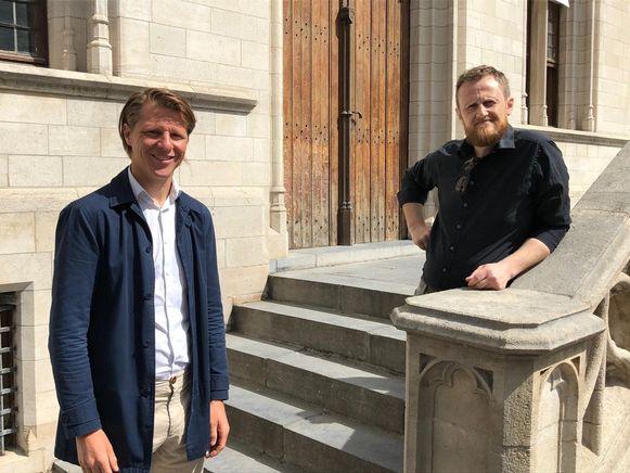 Schepen van Cultuur Axel Ronse en Maarten Caesens, broer van wijlen Peter Caesens