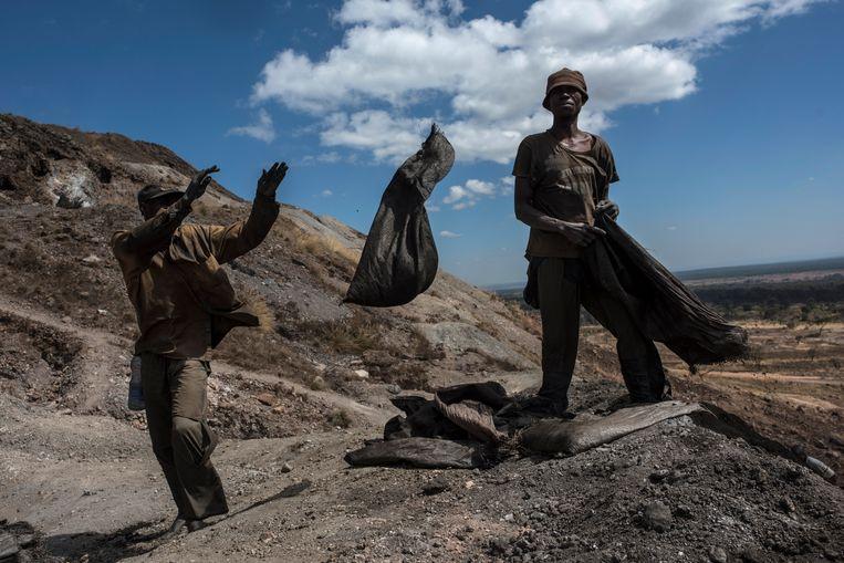 Werkers bij een Congolese koper- en kobaltmijn. De gedolven kobalt wordt verkocht aan een Chinees bedrijf. Beeld Getty