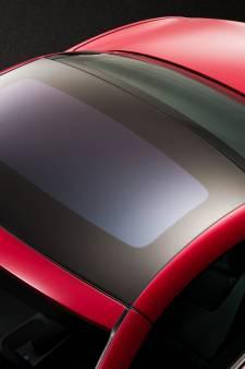 Van viaduct gegooid voorwerp verpulvert glazen dak van auto, inzittenden gewond door rondvliegend glas