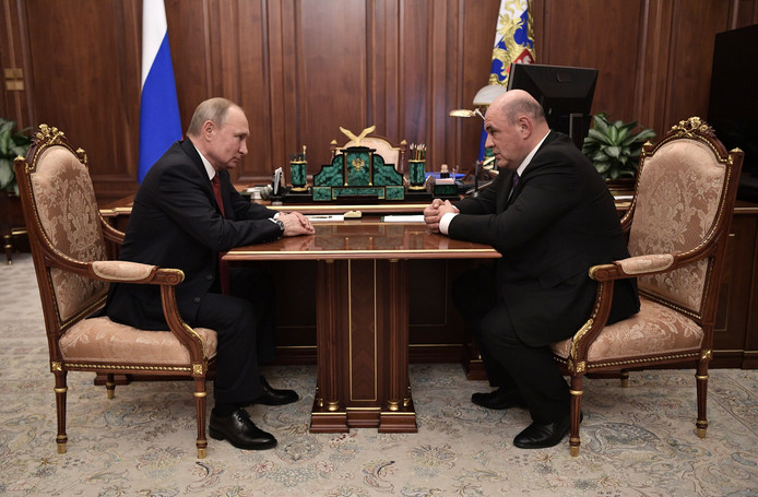 De Russische president Vladimir Poetin met Mikhail Mishustin, die hij voordroeg als nieuwe premier.