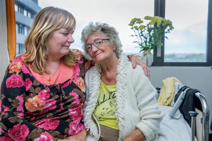 De 89-jarige Alida Burink (rechts) ligt in het Slotervaart ziekenhuis en maakt zich - net als haar dochter Joke (links) zorgen over de ontstane situatie. Ze weten nu nog niet waar ze morgen naar toe over wordt geplaatst.