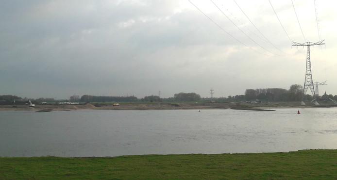 Het werk in de uiterwaarden bij Heesselt, gezien vanaf de Waaldijk in Rossum.