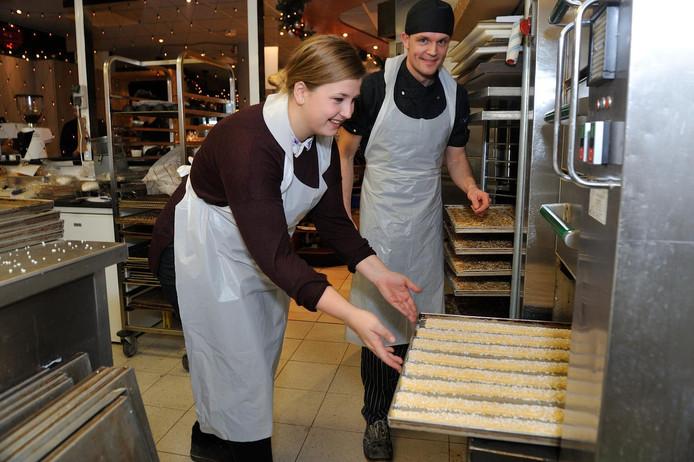 De Lange Soesters komen zacht en niet krokant uit de oven. Bakker Ike te Loo houdt een oogje in het zeil.