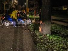 Auto met twee inzittenden rijdt tegen boom in Helmond