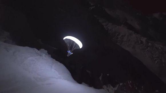 Speed Flyer vliegt door het sneeuwlandschap