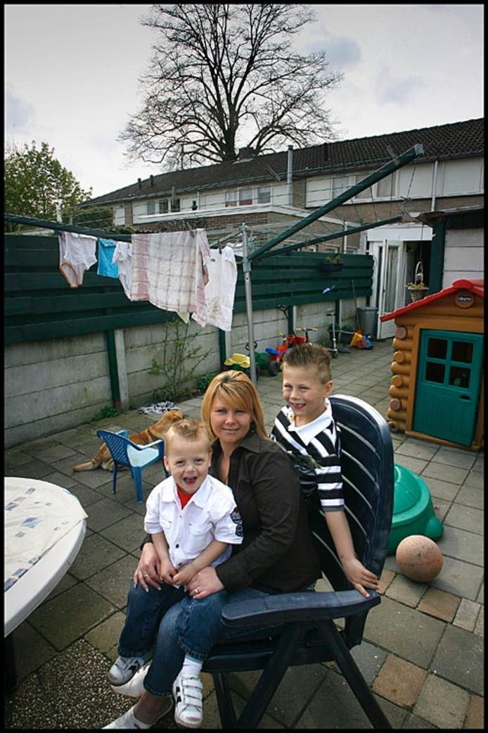"""Angela Nuismer-Jeurissen: """"Vrienden van mij zeggen wel eens: dat jij je kinderen in Woensel-West laat opgroeien..."""" Foto Kees Martens"""