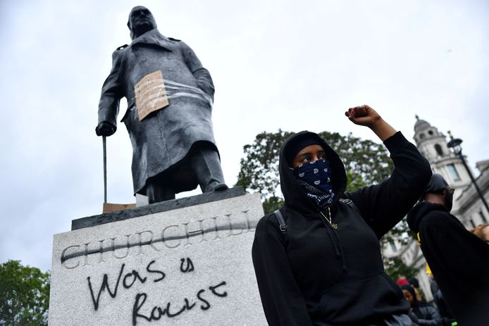 Het standbeeld van Winston Churchill op Parliament Square in Londen werd ook beklad.