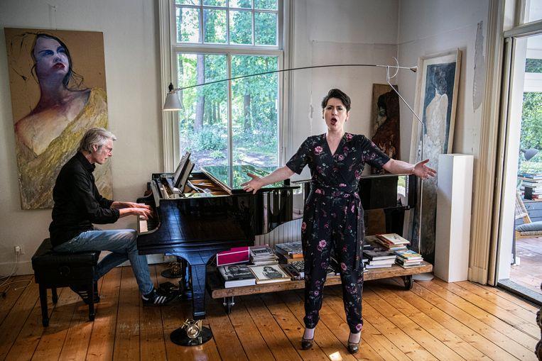 Frank Peters en Ekaterina Levental leggen alle 107 liederen van de Russische componist Nikolai Medtner vast.  Beeld Koen Verheijden