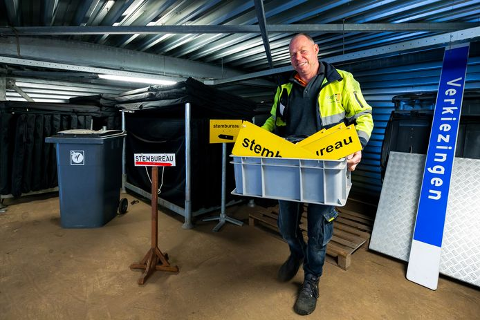 BOR medewerker André van Dal met een kist spullen voor de komende herindelingsverkiezingen.
