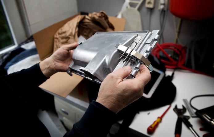 Een verwarmingsmonteur die zich wel aan de reguliere werkzaamheden weet te houden
