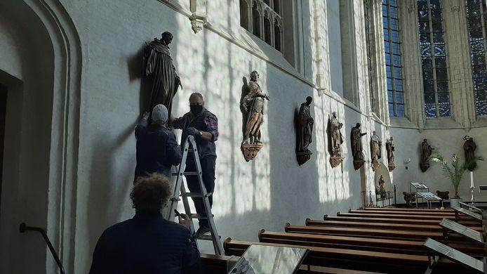 St. Martinus staat weer op zijn sokkel in de Lambertuskerk van Wouw.