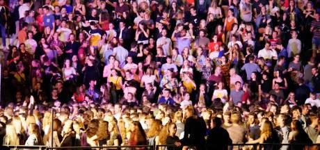 Nijmegen puilt uit met feestgangers, Waalkade vol door de Snollebollekes