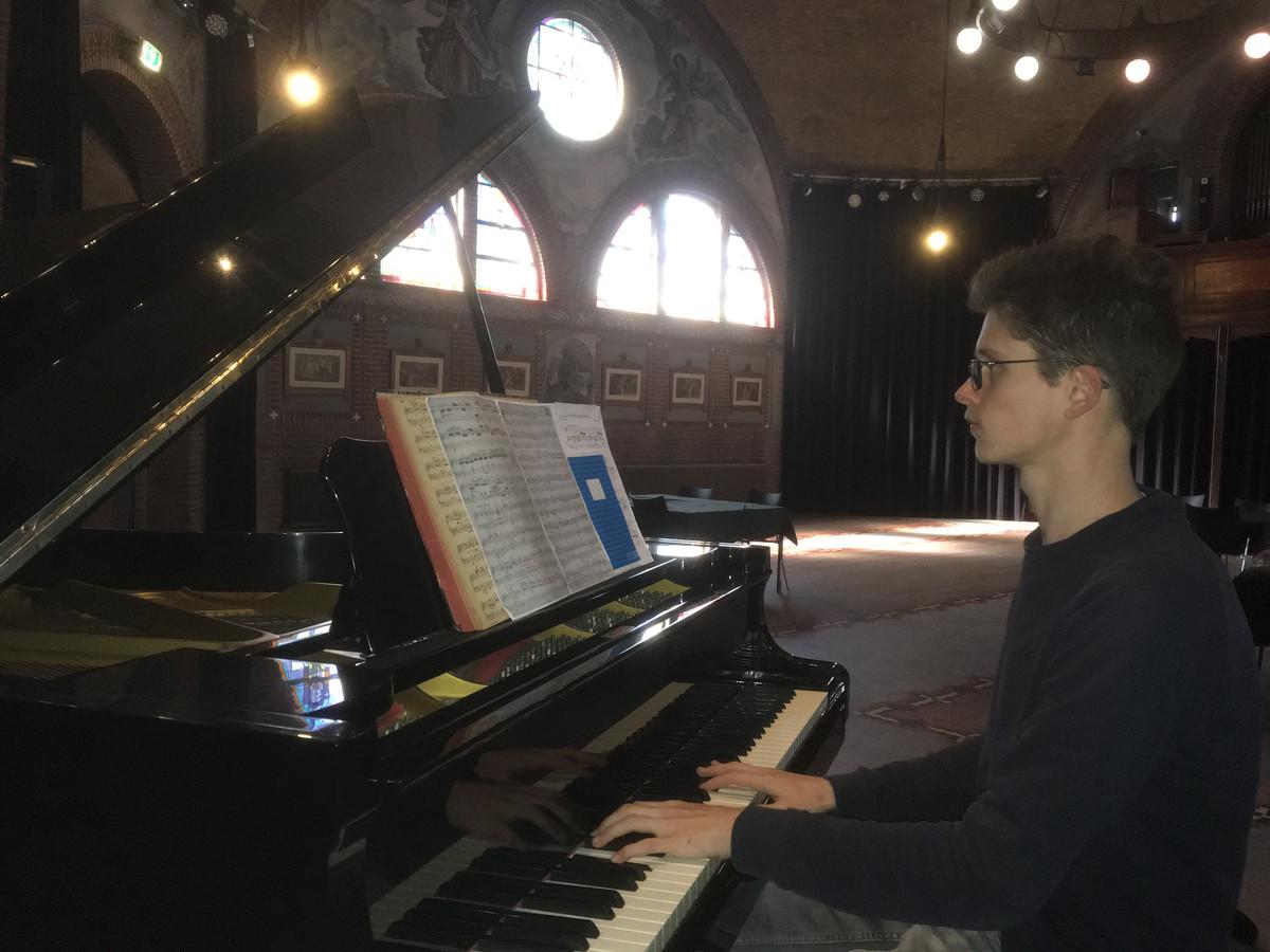 De jonge pianist Maurick Reuser repeteert in de kapel van Jan van Besouw