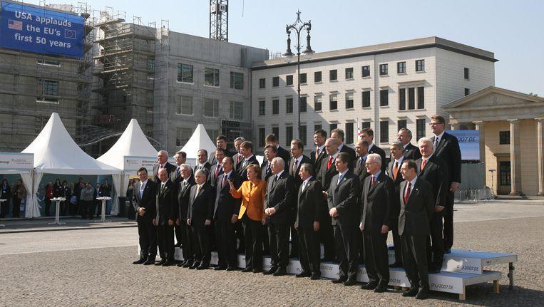 De 27 EU-regeringsleiders tijdens de 'familiefoto' ter gelegenheid van de vijftigste verjaardag van het Verdrag van Rome, in 2007 in Berlijn.  Beeld AFP