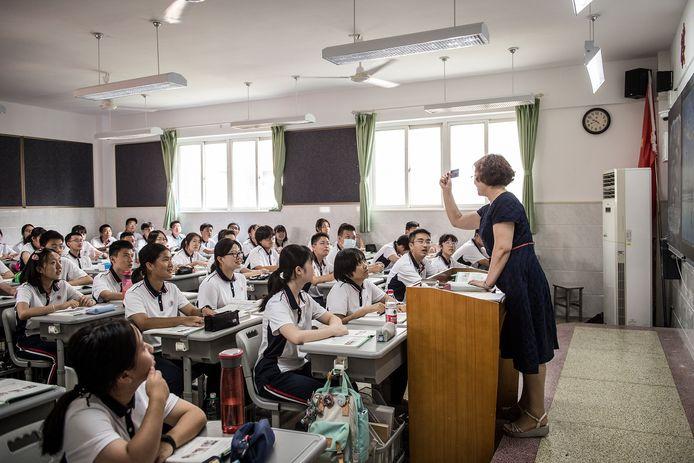 Middelbare scholieren (de meeste van hen zonder mondkapje) op hun eerste schooldag in het nieuwe jaar.