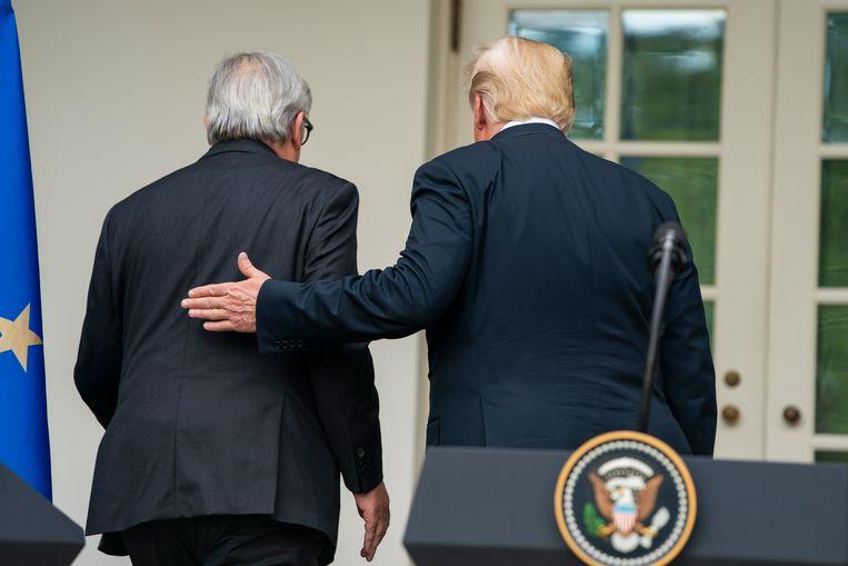 Trump en Juncker aan het einde van hun persconferentie in Washington, waar ze de overeenkomst wereldkundig maakten. Beeld null