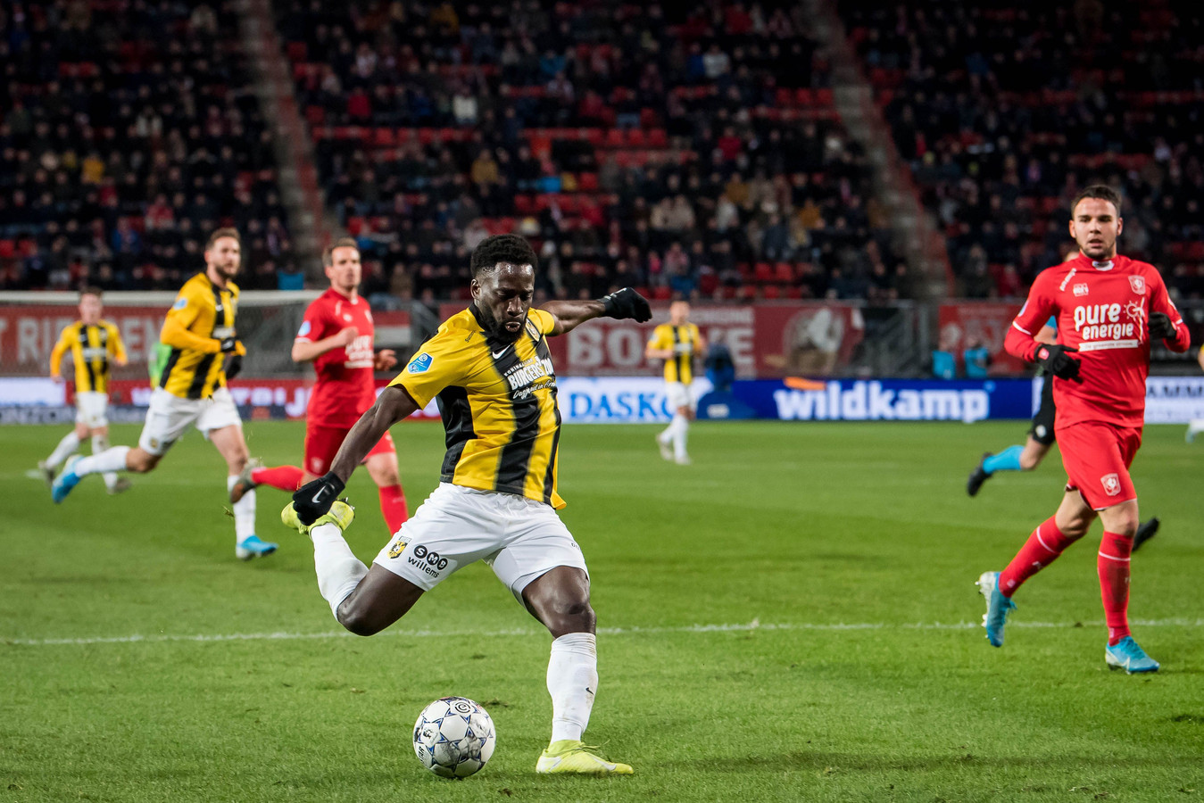 Nouha Dicko haalt uit voor zijn goal voor Vitesse tegen FC Twente.