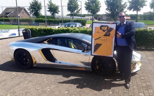 Multimiljonair Salar Azimi met NAC shirt maandag in Zundert.