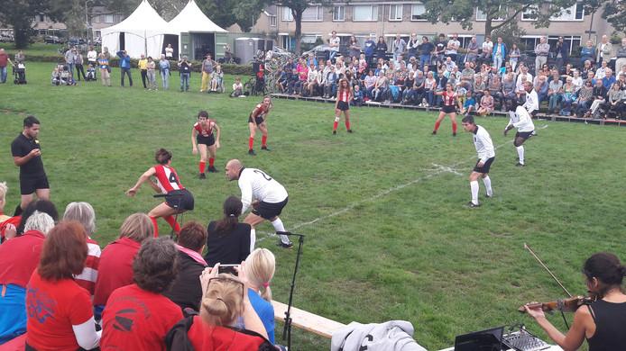 Voetballen en dansen in La Partida in Beatrixpark