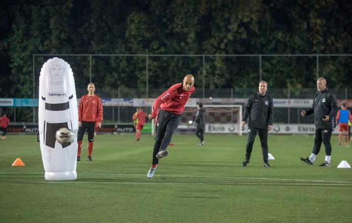 Daniël de Lange (tweede van rechts) geeft bij DOVO individuele training aan spelers.