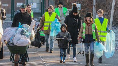 Bouwafval, kattenbakvulling, oude brievenbus,… vrijwilligers vinden massa's zwerfvuil aan R8
