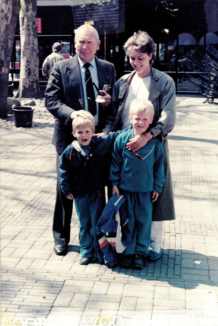 Rond 1987 met zijn dochter Toos Langeraar en kleinzonen Pieter Hotse (linksvoor) en Thomas. Beeld Privéarchief