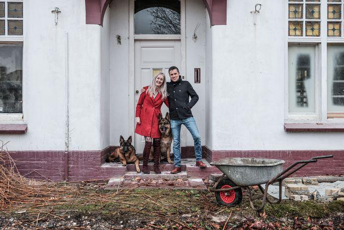 Jeanette en Jurgen Smit voor de entree van de villa met hun honden Jack en Tosca.