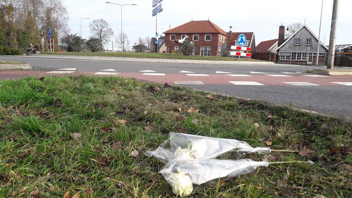 Bij de rotonde in Reutum waar Bart Bloemendaal vrijdag om het leven kwam liggen bloemen.
