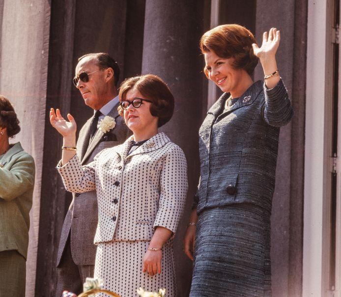 Prins Bernhard, prinses Christina en kroonprinses Beatrix op het bordes tijdens het defilé.