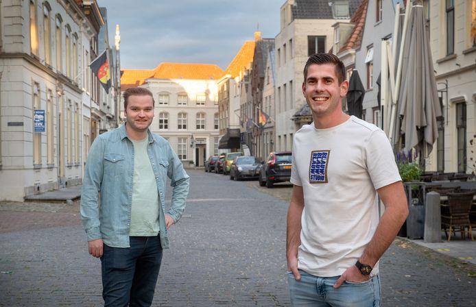 Johan Willems (links) en Jeroen den Brok zouden graag in Ravenstein willen wonen maar kunnen het niet vanwege het ontbreken van starterswoningen voor jongeren.