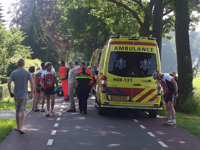 Hulpdiensten zijn aanwezig bij de gewonde wielrenner