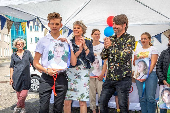 Dax Hovius is één van de 15 jongeren die door Rem van den Bosch (rechts) is  geportretteerd met een traan op zijn gezicht. Hij zet zich daarmee in voor een campagne van het TEJO-huis in Goes, mede opgericht door Marja de Pundert (midden). Joan Hofland (links de op de foto) maakte een film voor de campagne 'vijf voor twaalf'.