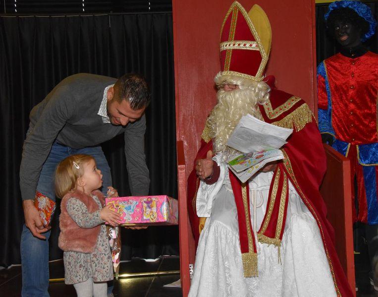 Sinterklaas heeft een meisje een cadeau gegeven en heeft zelf tekeningen gekregen.