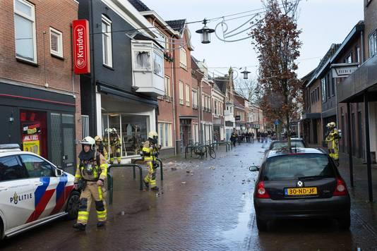 De brandweer in de Hoofdstraat na de explosie.