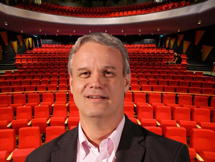 Voorman André de Jeu van Nieuw Elan, met op de achtergrond theater Castellum.
