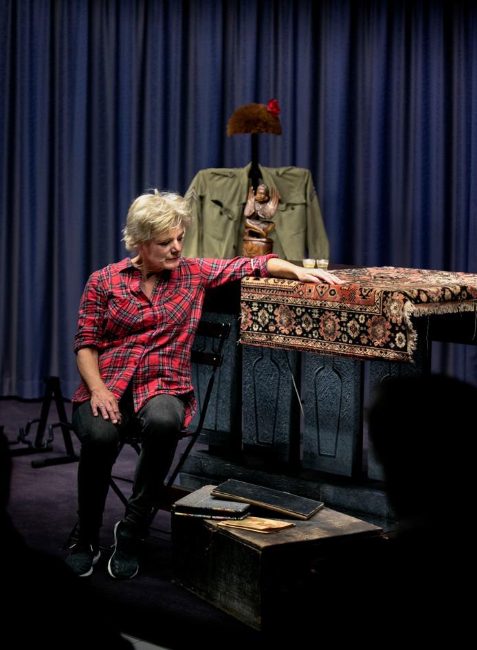 Desiree Hornikx houdt in Deurne een muzikale voorstelling over de tijd dat haar vader in Indie heeft gezeten