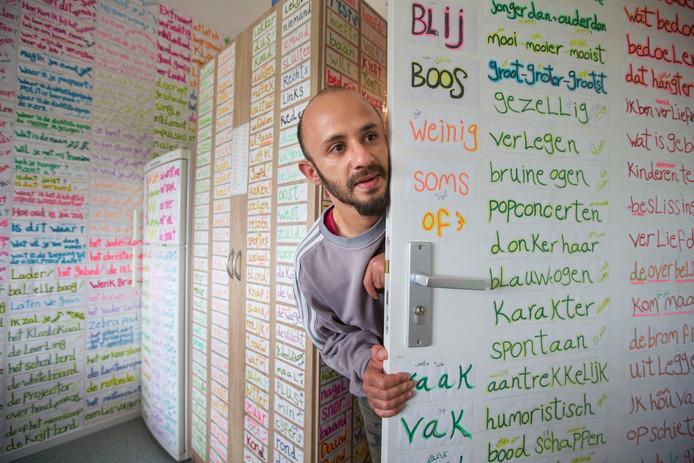 Hasan Fakhane heeft zijn huis vol gehangen met briefjes Nederlands.