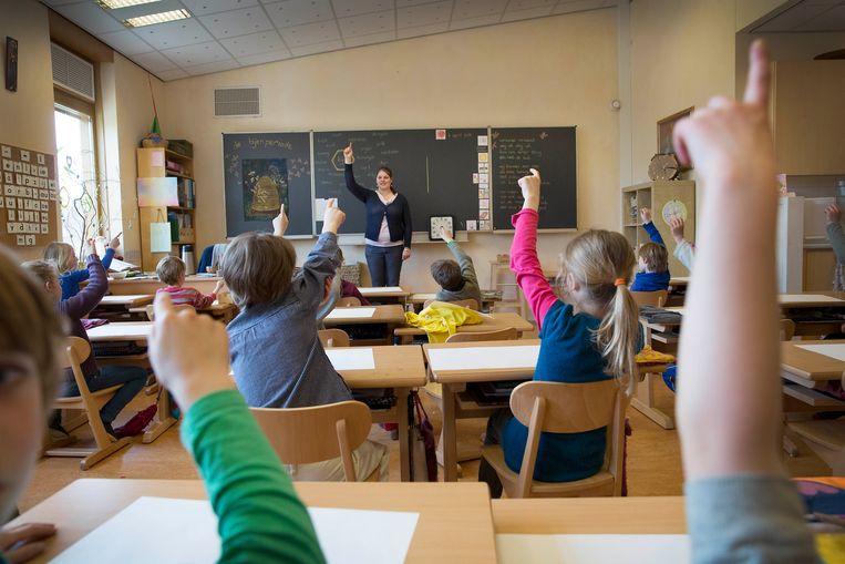 Het draait op school niet alleen om het overdragen van lesstof, maar ook om kennis van andere kinderen, sociale groepen, menselijke verhoudingen en omgangsvormen. Beeld Werry Crone