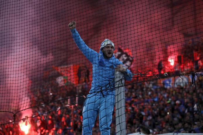 Een Marseille-supporter in de hekken.