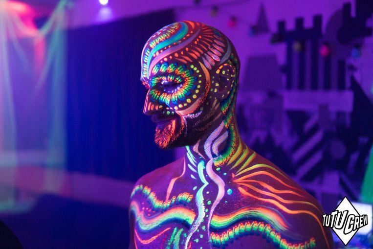 Versier jezelf met lichaamsverf tijdens Glowjob. Beeld Club VLLA