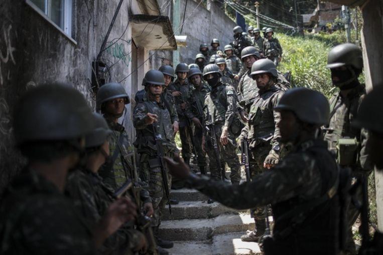 Soldaten assisteren de politie bij de jacht op drugs en wapens in Rio de Janeiro Beeld EPA