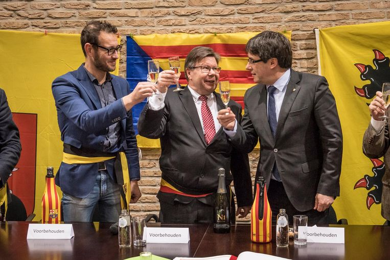 Carles Puigdemont mocht de cava ontkurken, waarna er kon geklonken worden met burgemeester Koenraad Degroote en schepen Bart De Keukeleire.