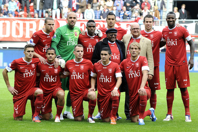 Desmond Tutu en Harold Robles tussen de spelers van FC Twente.