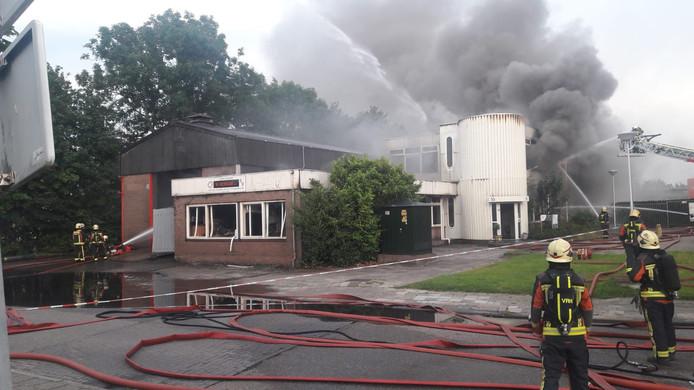 Zo'n twee uur na het uitbreken van de brand, laait het vuur op verschillende plekken nog steeds op.