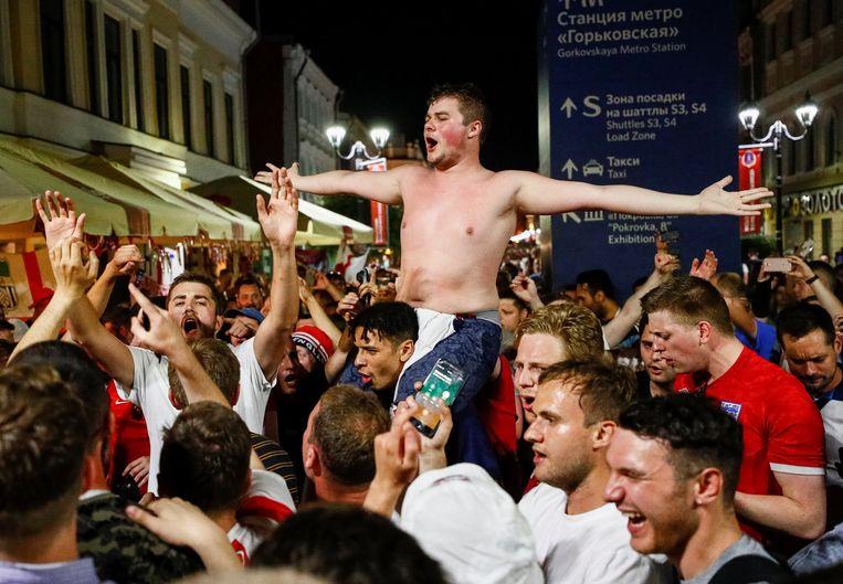 Supporters van Engeland laten zich gelden zonder dat de Russische hooligans van zich laten horen. Beeld null