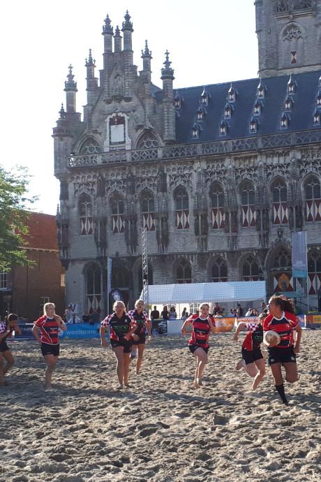 Beachrugby op Markt Middelburg: 'Rugbyen tot ik mij echt settel'