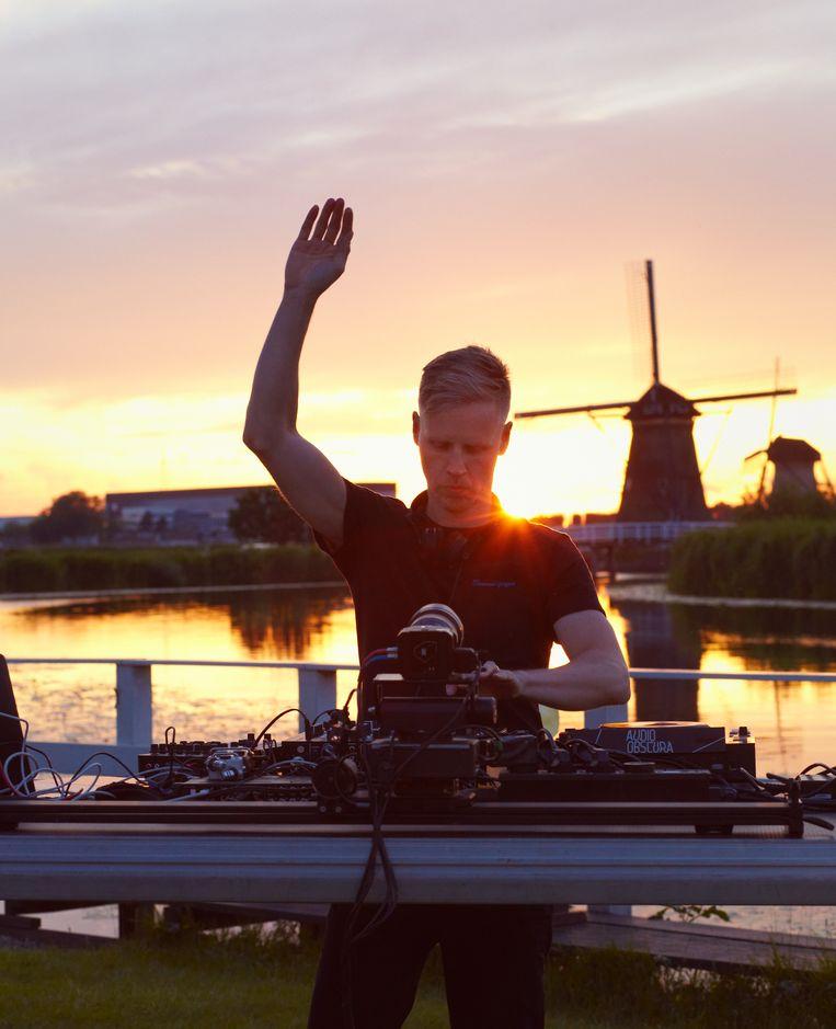 Joris Voorn tijdens de opnamen van zijn dj-set bij Kinderdijk.   Beeld Daniel Cohen